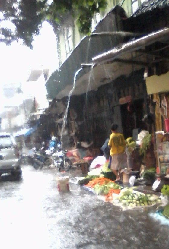 Pasar Bogor di tengah guyuran hujan