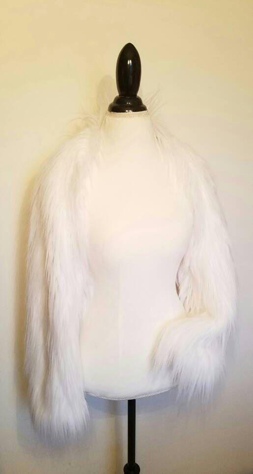 Blanco piel sintética encogiéndose de hombros | Shrug nupcial | Abrigo de piel sintética | Abrigo de novia | Bolero de piel con mangas largas y WR105 artículo alineado completamente