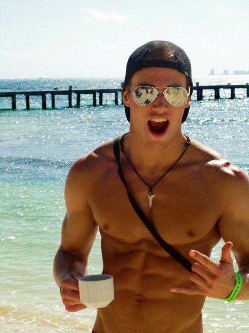 hombre en la playa cuerpo