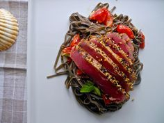 https://flic.kr/p/FEfGW7 | Atum selado com crosta de gergelim, massa com tinta de lula e tomates sweet grape | Seared Tuna with sesame crust, pasta with squid ink and tomatoes sweet grape