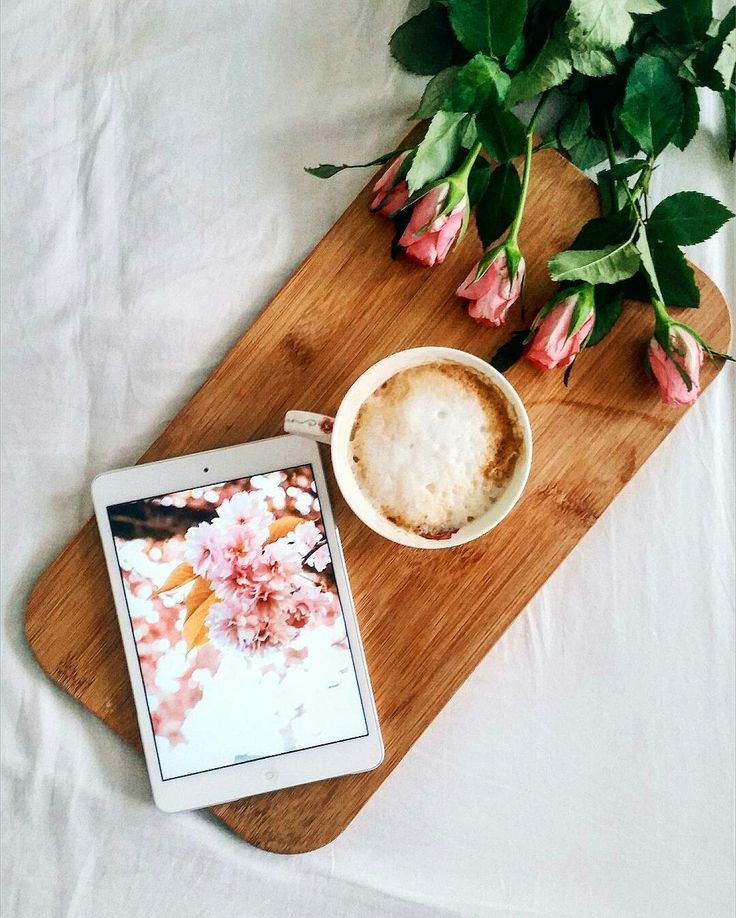 Flowers and coffee. #flatlay #roses #coffeeoftheday #coffeetable  www.marmormaedchen.ch