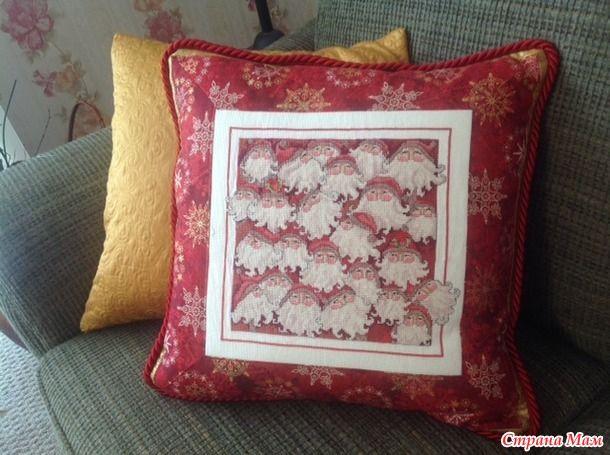 В этом году я к Рождеству доделала и оформила насколько своих вышивальных проектов.  Подушку начала вышивать года три назад, но силы не рассчитала и доделать не успела.