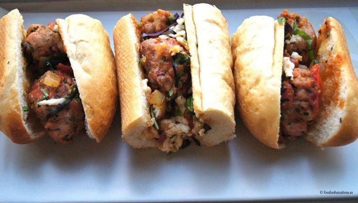 Bocadillo de albóndigas hechas de carne de salchicha, con tomate, mozzarella, parmesano, y albahaca. Hecho con pan natural, de larga fermentación.