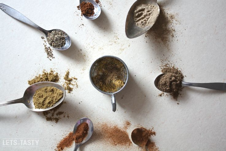 GARAM MASALA (INDISCHE GEWÜRZMISCHUNG) *** Von allen internationalen Küchen, mag ich die Indische wohl am liebsten. Die Gewürze die hier zum Einsatz kommen sind einfach der Wahnsinn. Hier ist es für mein Empfinden viel schwieriger eine wohlschmeckende Mischung zu finden, im Vergleich zu vielen anderen Küchen dieser Welt. Dass Basilikum, Oregano und Pfeffer gut zusammen passen weiß wahrscheinlich jeder, aber wie sieht es mit Kardamom, Kurkuma und Nelken aus? ***