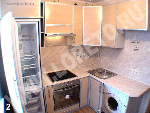 Малогабаритная маленькая кухня с встроенным холодильником фото 2