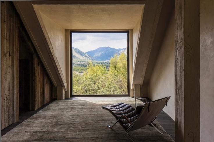 """O quarto de Chad e Ilona Oppenheim, no andar mais alto da casa, foi mobiliado espartanamente. Porém, um dos destaques é a cadeira em estilo """"gafanhoto"""" da Fabricius & Kastholm, originalmente fabricada nos anos 1960"""