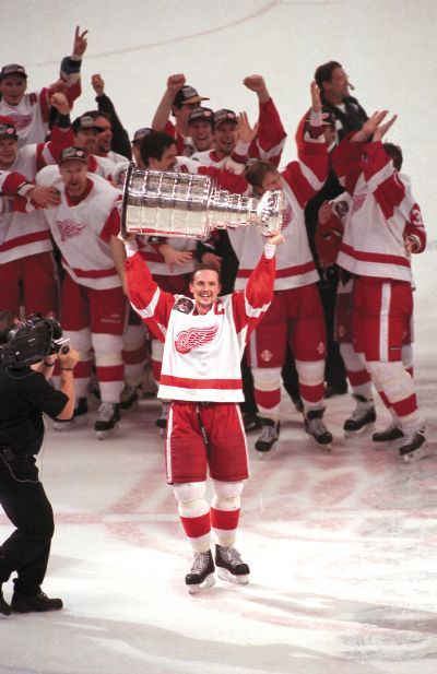 Steve Yzerman lifts the Stanley Cup, 1997