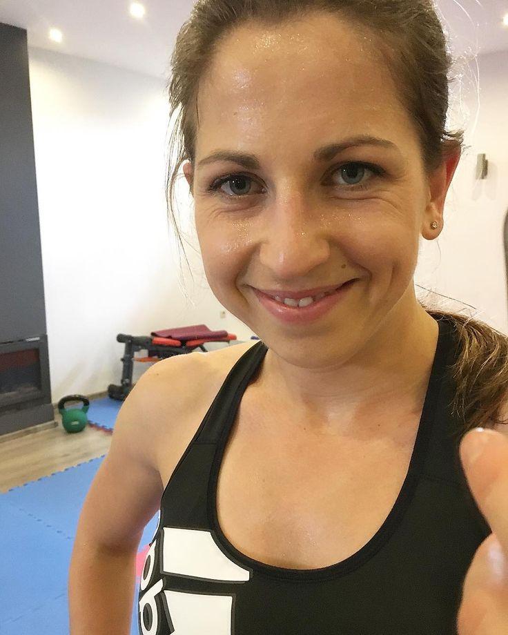 Trening ogarnięty krótko ale intensywnietak jak lubię najbardziejPrzypominam że dzisiaj nowy trening z serii PŁASKI BRZUCH W 10 MIN więc zapraszam na bloga i wypróbowania (link w bio) Miłego popołudnia buziaki  #potreningu #trening #treningwdomu #ćwiczenia #ćwiczębolubię #ćwiczeniawdomu #płaskibrzuch #fitnessgirl #fitness #trenerpersonalny #blogerka #bloger #youtuber #instagram #instaphoto #wyzwanie #odchudzanie #gubimykilogramy #bestshape #miłegodnia
