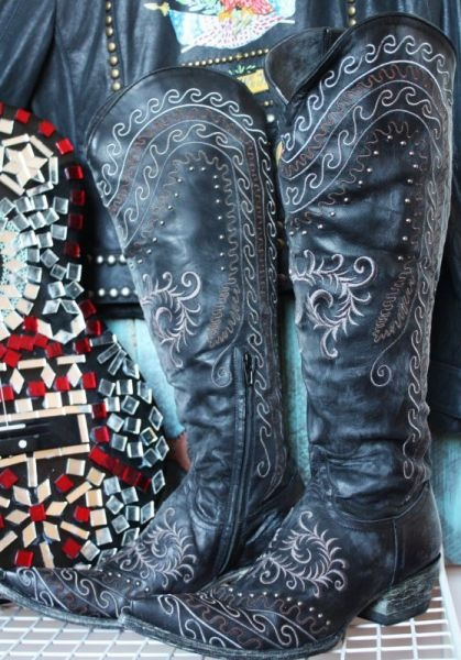 My name is Linda, and I'm a boot-a-holic.  Love these black scroll Old Gringo boots.
