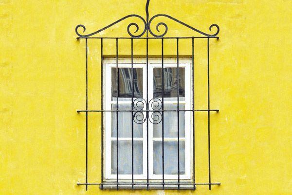 Grades têm um enorme potencial estético para valorizar sua fachada. De quebra ainda promovem segurança! Faça as pazes com elas e aproveite!