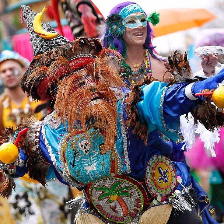 """Mardi Gras é uma festa carnavalesca que ocorre todo o ano em Nova Orleans Estados Unidos sendo um dos mais famosos Carnavais do mundo. Conhecido por suas máscaras de gesso colares de conchinhas e paradas com bandinhas durante todo mês antes do Carnaval na """"terça-feira gorda""""  que significa Mardi Gras em francês.#mardigras #neworleans #carnaval #frenchquarter by viagem_sonho"""