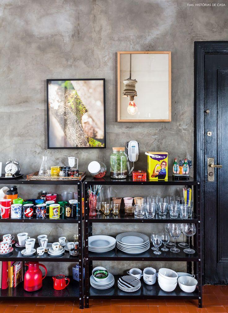 Estante metálica preta serve para guardar as louças e livros de culinária.