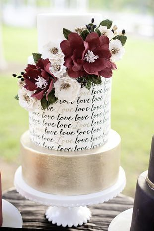 Romantic and unique wedding cake designs. Calligraphy gold details and flower topper. Photo: Nicolette Moku Photography.