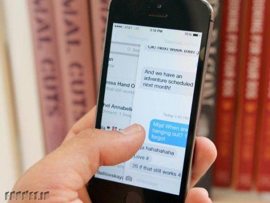 خیلی سریع به عقب برگردید برخلاف اندروید، سیستم عامل iOS دکمههای اختصاصی برای بازگشتن به پنجرههای قبلی ندارد اما اگر کمی با اعمال حرکتی آشنا باشید انجام دادن اینکار کاملا عادی، راحت و سریع میشود. در اپلیکیشنهایی مثل پیامها (Messages) ، ایمیل (Mail) یا حتی سافاری از لبه صفحه نمایش به سمت راست دست خود …