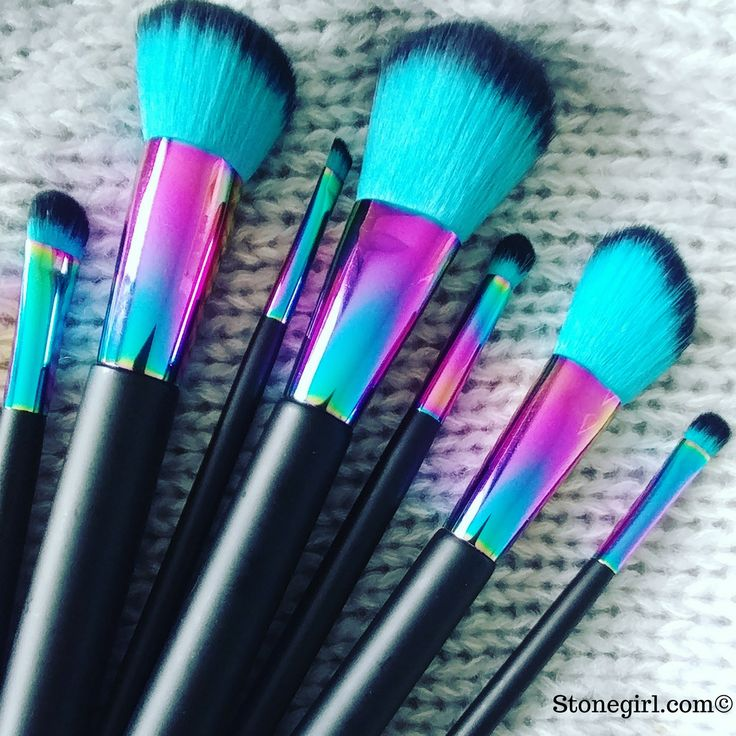 Free Shipping! This bold 7 piece makeup brush set comes complete with brushes for face and eyes. The large face brushes are perfect for contouring, highlighting and finishing, while the small eye brus