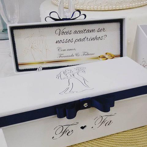 Detalhes das Caixas para mini Chandon convite padrinhos do casal Fernanda e Fabiano! Personalizada com iniciais e data e fita na cor azul marinho! –—————————————— Orçamentos: atendimento@maniadearte.net ——————————————————— #casamento #wedding #padrinhos #madrinha #convite #caixa #caixapersonalizada #caixaconvite #caixamdf #noiva #chandon #minichandon #maniadearte #festas #decoracao