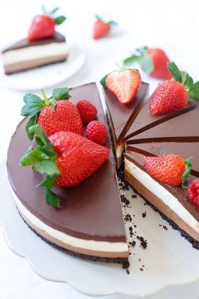 U bent zojuist in de chocolade- én cheesecakehemel beland met deze no-bake chocolade laagjes cheesecake. Vier lagen death by chocolate. Een Oreokoekjesbodem, een melkchocolade cheesecakelaag, een witt
