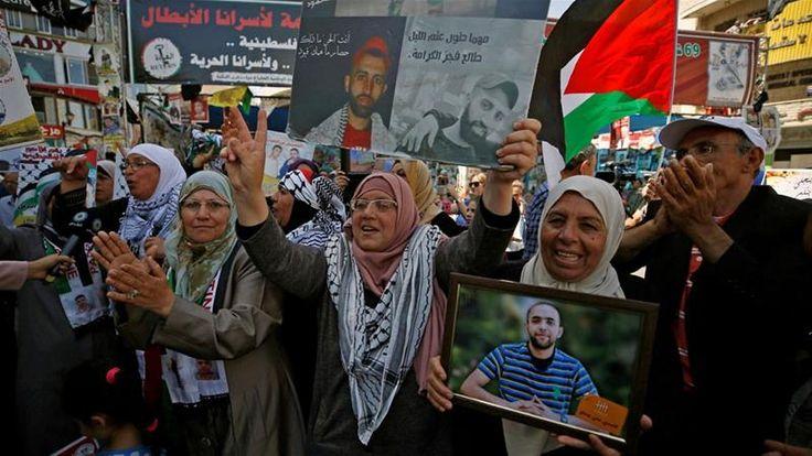 Aksi Mogok Makan Massal Tahanan Palestina Dihentikan  Warga Ramallah menyambut penghentian 40 hari mogok makan para tahanan Palestina di penjara penjajah Israel. (Foto: Mohamad Lokman/Reuters)  RAMALLAH (SALAM-ONLINE):Aksi mogok makan massal warga Palestina di penjara penjajah Israel dihentikan pada Sabtu (27/5) setelah sebuah kesepakatan dicapai antara pihak Penjara atau Israeli Prison Services (IPS) dengan pemimpin narapidana kata Menteri Urusan Tahanan Issa Qaraqe dan kepala Masyarakat…