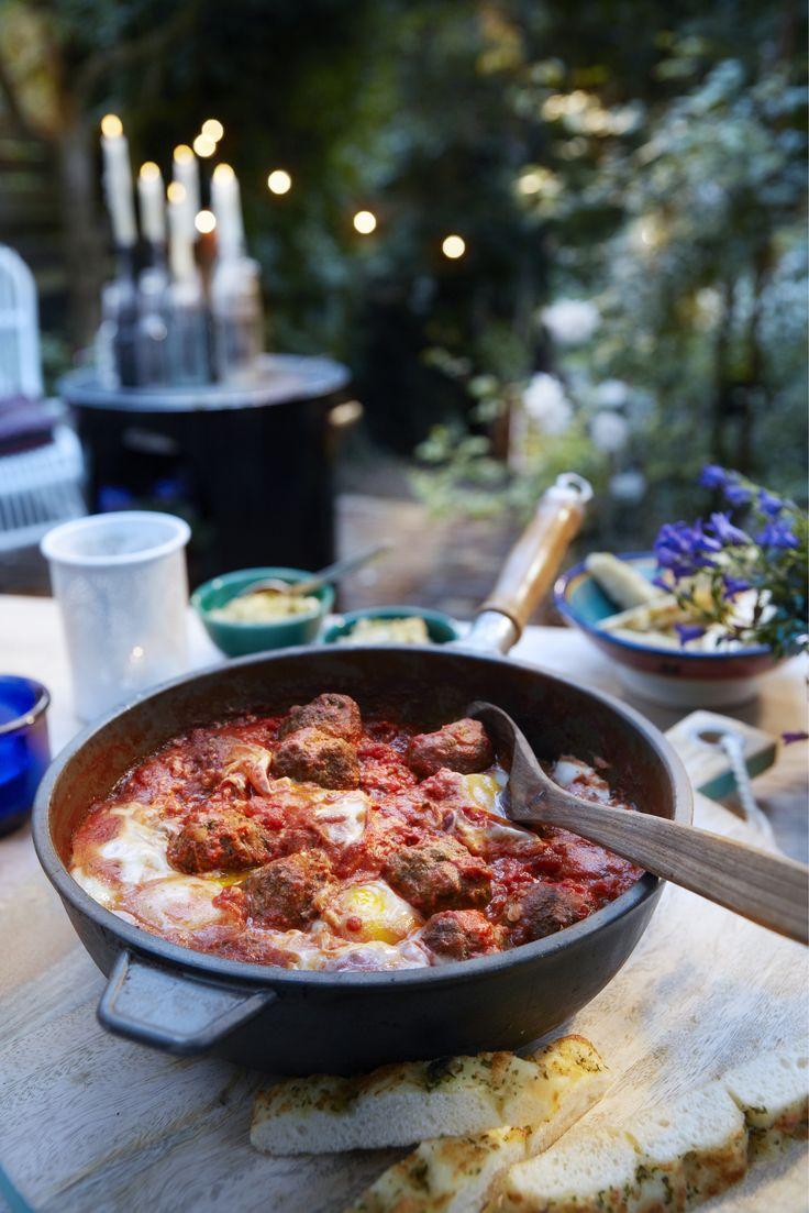 Meng het gehakt in een kom met het losgeklopte ei, de ui, de helft van de verse koriander, de specerijen en de ketchup. Laat het brood in een beetje water weken en knijp het uit. Voeg toe aan het gehakt en kneed alles goed door elkaar. Breng het gehakt op smaak met zout en peper en rol er 16 kleine balletjes van. Leg ze afgedekt in de koelkast om op te stijven. Verwarm de oven voor op 220°C. Verhit de olie in de pan en fruit hierin de knoflook en oregano langzaam op een lage stand. Voeg de…