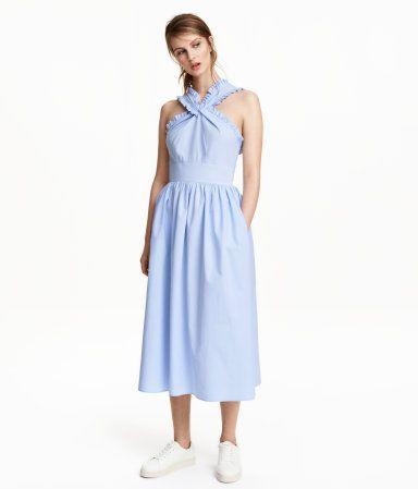 Wadenlanges Kleid aus kühler Baumwolle mit leichter Seersuckerstruktur. Das Kleid hat breite Träger und Volantborten oben. Verdeckter Rückenreißverschluss. Teilungsnaht in der Taille und sehr weit geschnittener Rock. Ungefüttert.