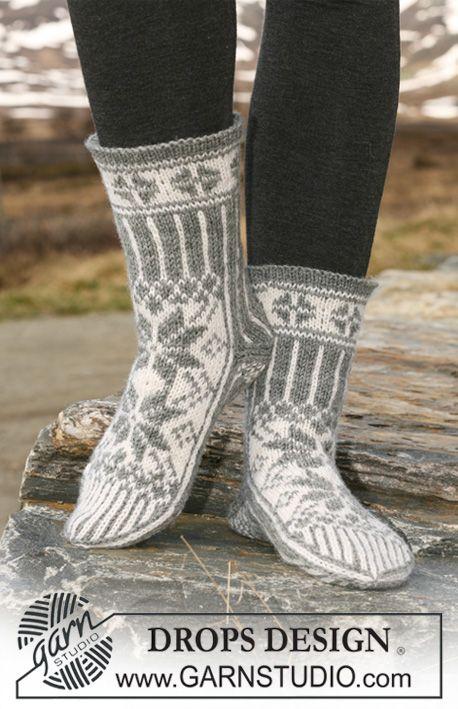 """DROPS 116-55 - Stickade DROPS sockor med mönster i """"Karisma""""."""