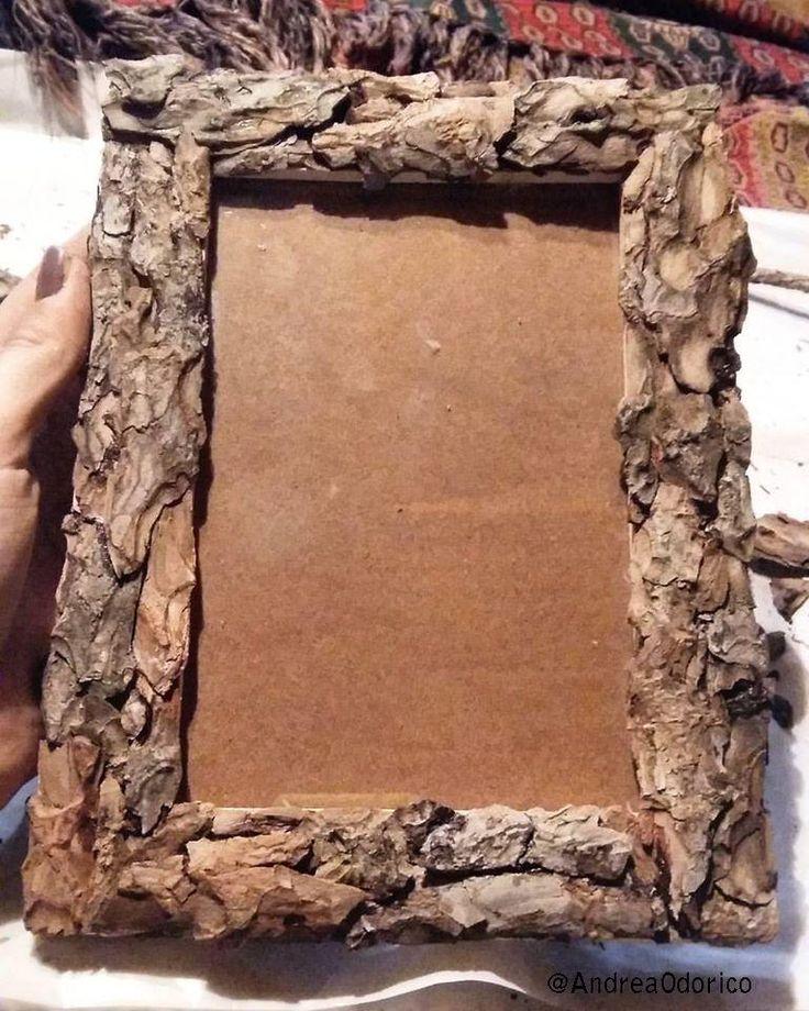 Cornice in legno con corteccia.  Handmade frame in wood and bark.
