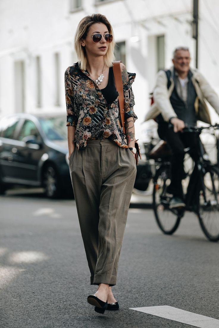 GEMUSTERTE BLUSE MIT STATEMENT KETTE, GRÜNER STOFFHOSE UND VERSACE JEANS HANDTASCHE II Jasmin Kessler zeigt auf ihrem deutschen Mode Blog einen neuen Streetstyle.