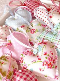 Fabric hearts... adding potpourri inside, what a great, cute way to make your drawers have a fresh smell... <3