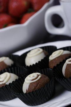 Anda pasti tidak kuasa menolak  jika disuguhi cookies yang satu ini. Teksturnya renyah dengan balutan  cokelat putih yang legit. Andapun bis...