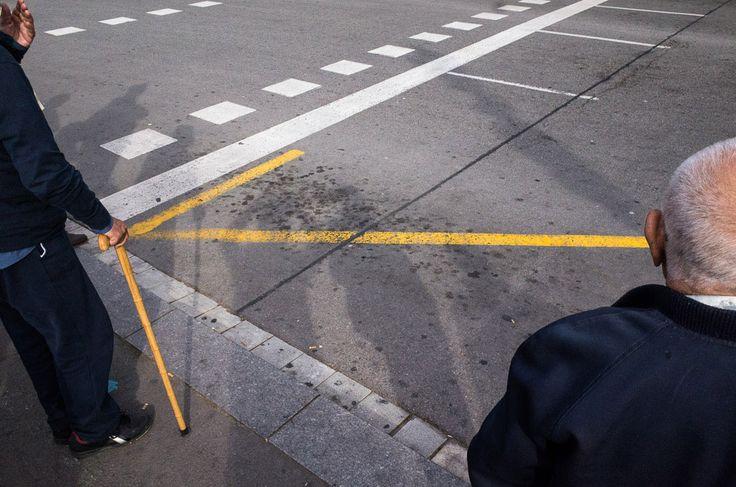 Fotografía de calle de Pau Ll. Buscató: ancianos frente a un paso de cebra.