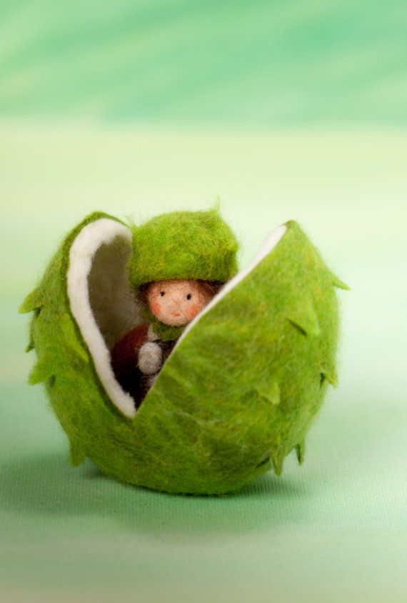 Little chest nut feltfigure for the fall nature tabel >waldorf inspired<
