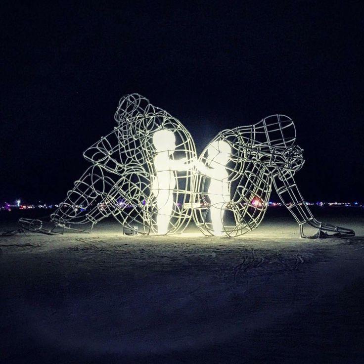 """Questa scultura si chiama """"AMORE"""". Creata da Alexandr Milov, artista ucraino. La scultura rappresenta un conflitto tra un uomo e una donna e, in ultima analisi, un espressione interiore della natura umana. La scultura di due adulti che si danno le spalle... ma il bambino interiore di ognuno vuole solo avvicinarsi ed amare. (Burning Man Festival 2015)"""