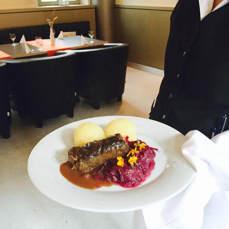 Sie mögen Thüringer Küche? Dann probieren Sie doch mal unsere Rinderroulade aus deutscher Rinderkeule geschnitten, mit fruchtigem Rotkohl und Thüringer Klößen. Bei uns im Restaurant Erbenhof in Weimar.