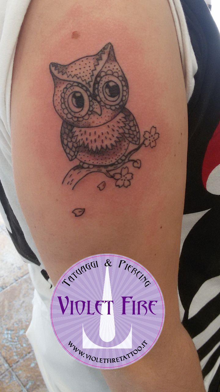 tatuaggio animale, tatuaggi animali, tatuaggio piccolo, tatuaggio miniatura, tatuaggio Gufo con ramo su spalla - Violet Fire Tattoo - tatuaggi maranello, tatuaggi modena, tatuaggi sassuolo, tatuaggi fiorano