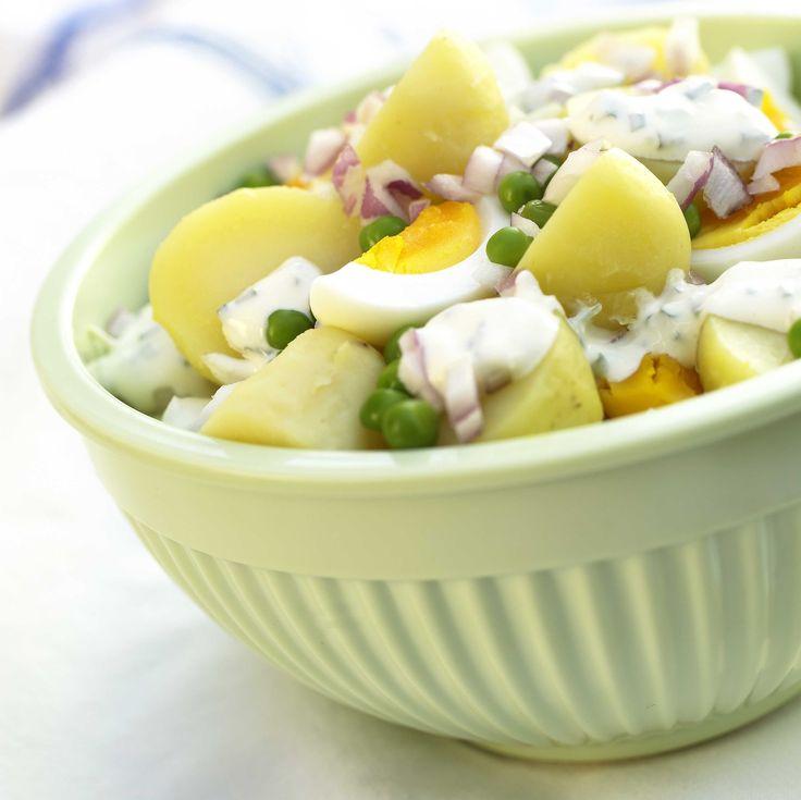 Frisk og smaksrik potetsalat som passer godt til grillmat og spekemat. I denne har vi valgt å putte erter og egg, samt chili i dressingen.