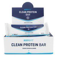 """Clean Protein barZuivere eiwitten, vezels, extreem low carb en slechts 179 kcal. Clean Protein Bar is de """"eat clean"""" eiwitreep met de ideale voedingswaardes voor fanatieke sporters en in je eiwitdieet. Onverslaanbaar lekker in de smaken Cookie Dough en Cookie Dough Almond. Clean Protein bar bevat puur koudgeperste eiwitten met prebiotische vezels, zonder chocolade laagje of coating. Helemaal niets! De eiwitreep met de ideale voedingswaardes en geen enkel ingrediënt wat je niet zou willen…"""