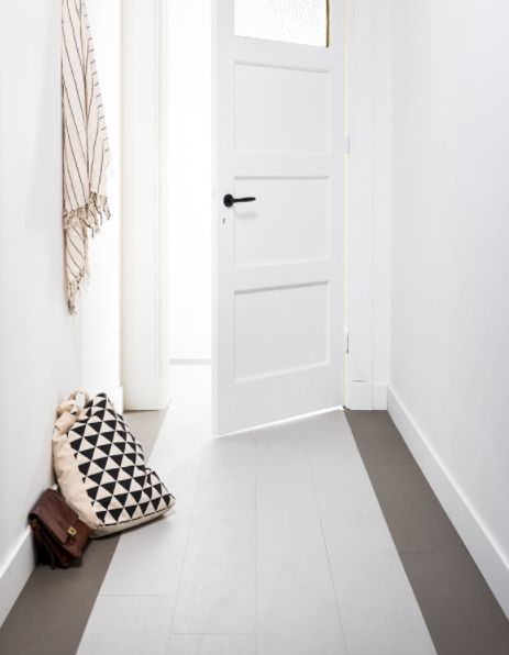 KARWEI | De vloer de vloer laten in je hal? Waarom zou je? Met een beetje creativiteit en looselay pvc ziet jouw hal er frisser, mooier en ruimer uit. Met een band langs de rand benadruk je de lengte. Een zaterdagmiddagklus waar je heel lang plezier van hebt.