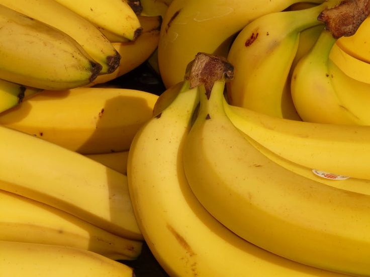 Hadden we dit maar eerder geweten! Laat de schil van een banaan nooit zomaar in de prullenbak belanden. Zo kun je de een bananenschil gebruiken om je voeten te hydrateren, maar je kunt nog veel meer met deze gele schil. Een van die dingen is je tanden bleken.  Een stralend witte glimlach hebben,