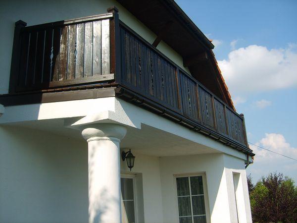 Na balkonie zastosowano profil krawędziowy do balkonów z posadzką drewnianą w systemie Perfecta: PK95, PK30, PD + rynna PCV