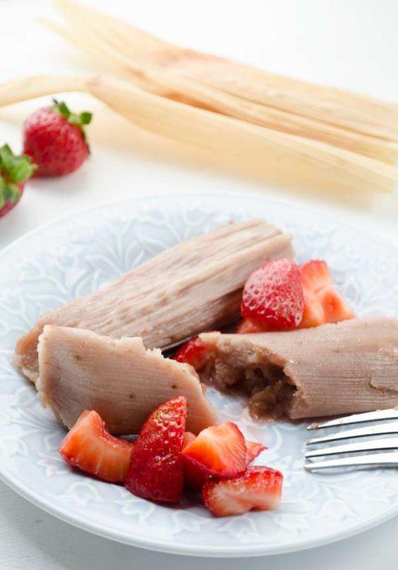 Un puré de fresa le da sabor a la masa, que queda suave y esponjosa y está relleno con una mermelada dulce de fresa. El aroma de los tamales cuando se están cociendo al vapor es irresistible.