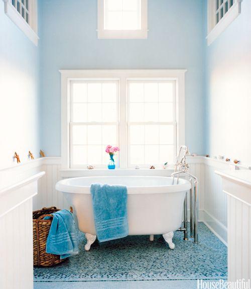 Blauw op blauw In dit strandhuis in Nantucket krijgt de blauwe badkamer zijn luchtige look door de hoge plafonds en muren in een bleek blauwe kleur. Ontwerper Frank Roop tekende de mozaïekprint op de vloer zelf met CAD software, waarna Tile Showcase het ontwerp in één geheel produceerde, zoals bij een tapijt.