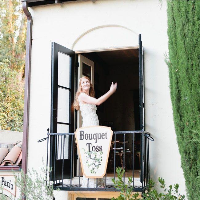 バルコニーから!ウェディングのブーケトスの写真は結婚式の大切な思い出。記念に残したいブライダルフォトの一覧をまとめました♪