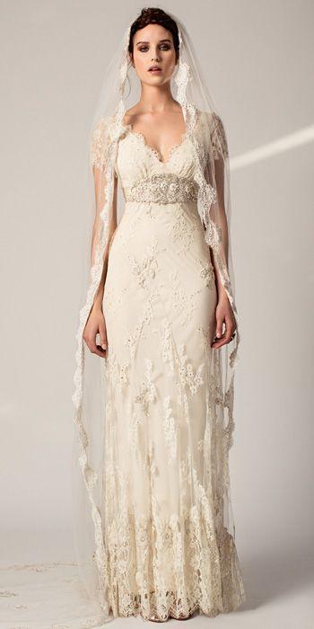 Uma noiva tradicional e simples, com vestido e mantilha da mesma renda. Temperley Bridal Primavera 2015.