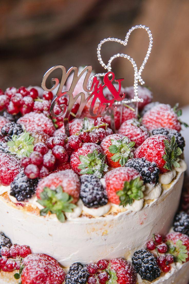 Detail der Hochzeitstorte! Sie war 4-stöckig, mega köstlich! Im Nakeddesign, mit Erdbeeren und Maracuja-Mango Creme! 2 Caketopper waren oben drauf. Foto von Kathrin Hester #caketopper #hochzeitstorte #wickenburg #hochzeitbochum