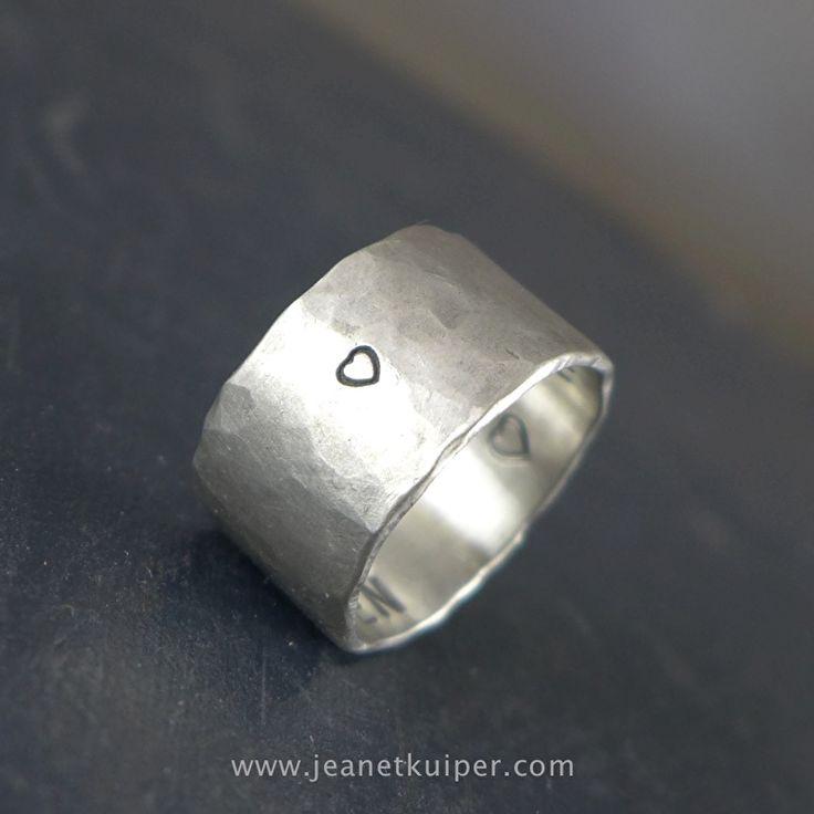 gehamerde zilveren ring 10 mm met naam, tekst of symbool www.jeanetkuiper.com