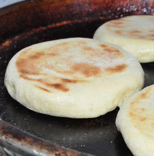 Batbout   Pain marocain cuit à la poêle 250g de semoule fine 100 de farine blanche 1/4 de c à c de sel 1 c à s de levure boulangère De l'eau tiède (un grand verre)