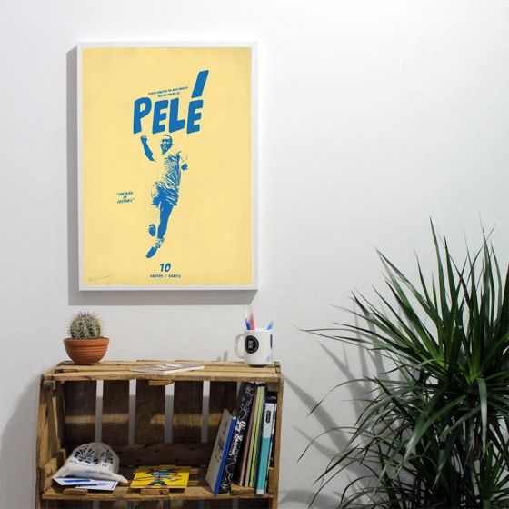 Affiches du «Roi Pelé» - 50x70 cm numérotées et signées par l'artiste, accompagnées d'un certificat d'authenticité. Editions limitées à 200 exemplaires.Deux modèles disponibles : - Jaune - Vert