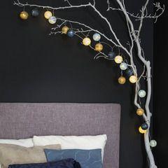Succombez pour la jolie guirlande AQUA !   Déposée sur une table, dans un vase, au sol... Laissez aller votre imagination ! Le bleu, l'ivoire et le brun s'allient magnifiquement pour illuminer votre intérieur avec douceur et élégance.  Habillez vos murs d'un voile de douceur pour une décoration enveloppante et minimaliste.   Une palette de tons en camaïeu de blancs duveteux, de gris chaleureux et de tons corail et poudrés emplissent la pièce d'ondes de bien-être.   Si les motifs se font…