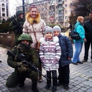 Buzzfeed-People In Crimea Are Taking Pictures And Selfies With Soldiers