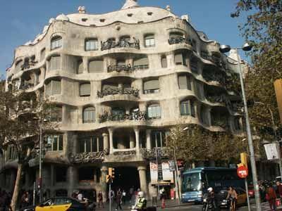 Antoni Gaudì, Casa Milà, 1905-1912, facciata in cemento armato con materiali di copertura, Barcellona, Spagna.